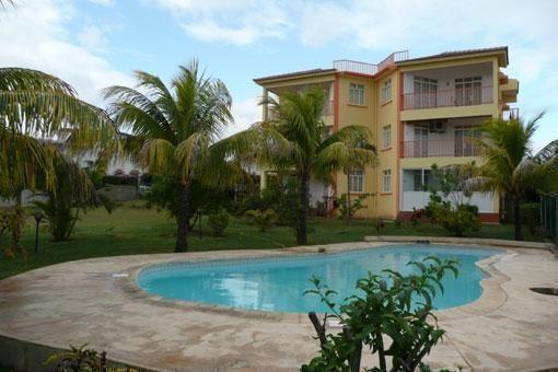 La résidence devant la piscine